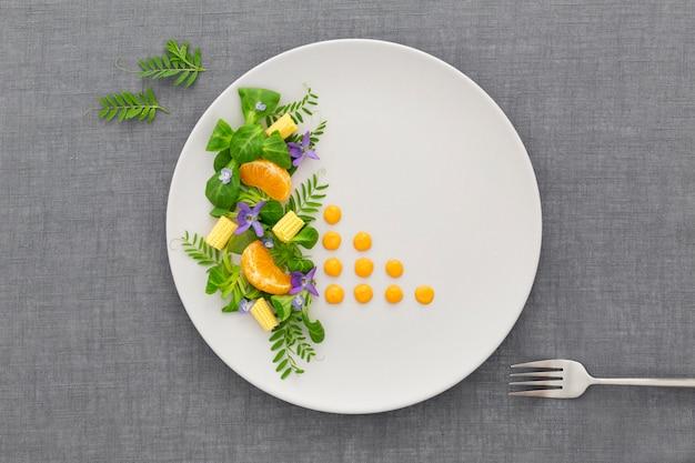 Вид сверху элегантная тарелка с вилкой Бесплатные Фотографии