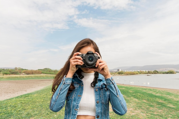 カメラを持つ若い女 無料写真