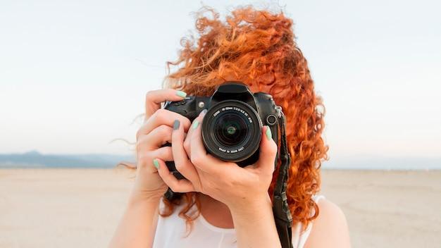 カメラを持つ正面女性 無料写真