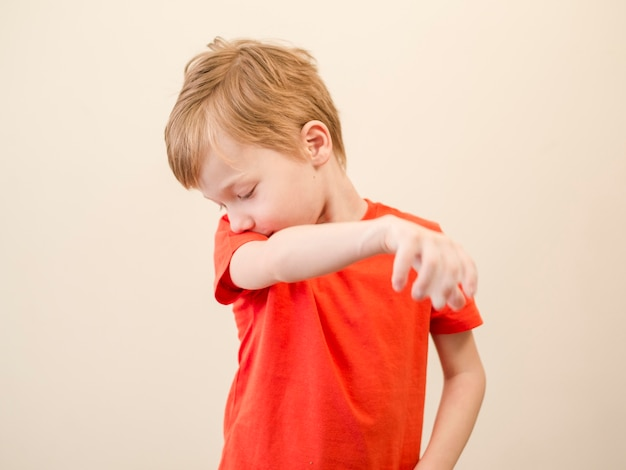 Мальчик чихая Бесплатные Фотографии