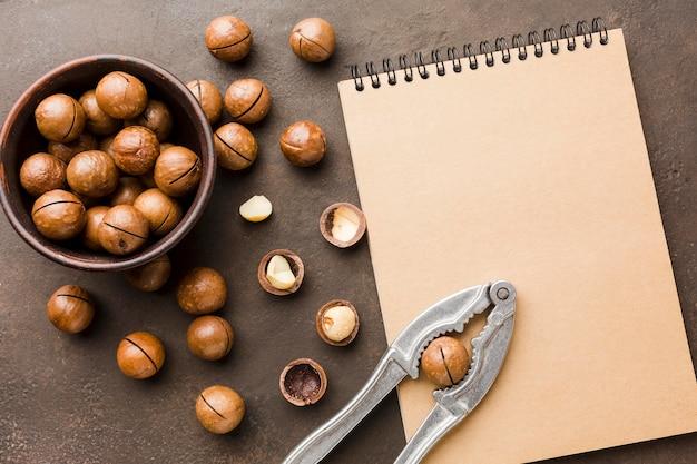 Вид сверху жареные орехи с блокнотом Бесплатные Фотографии