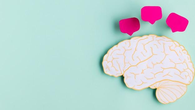 コピースペースを持つ平面図紙の脳の形 無料写真