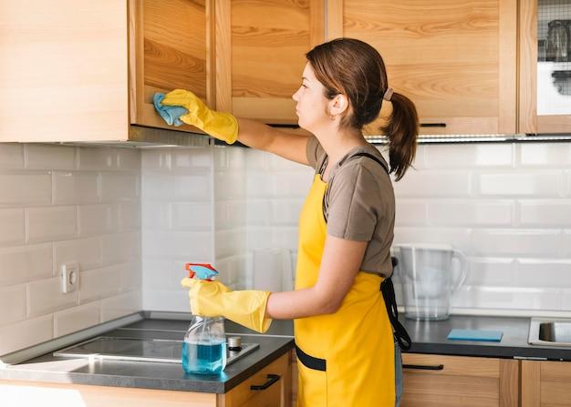 洗浄液を使用している女性 無料写真