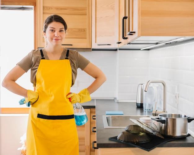 エプロンを着ている正面図女性 無料写真