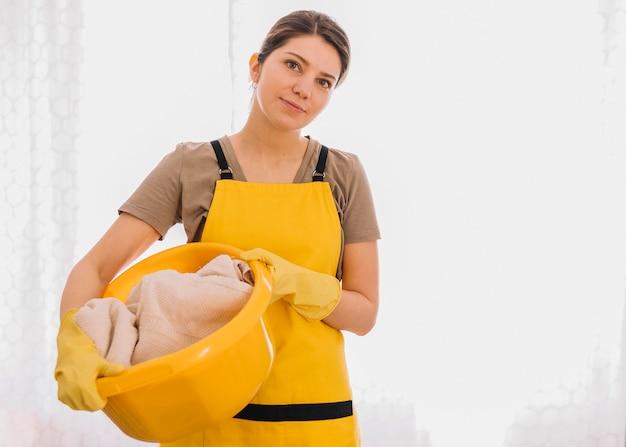 黄色のバスケットを保持している女性 無料写真