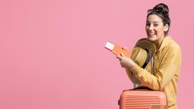 Молодая женщина рада новой поездке Бесплатные Фотографии