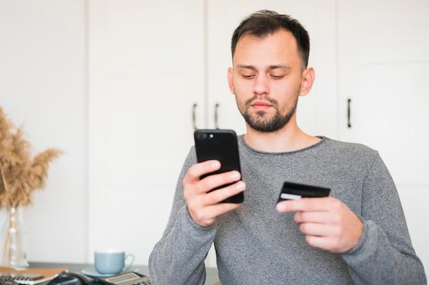 在宅勤務の男性 無料写真