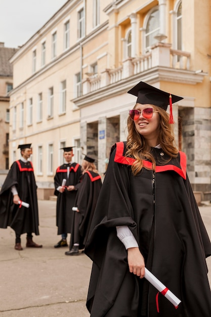 ローアングルの幸せな女の子が卒業 無料写真