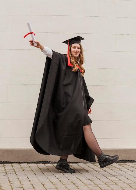 幸せな卒業少女 無料写真