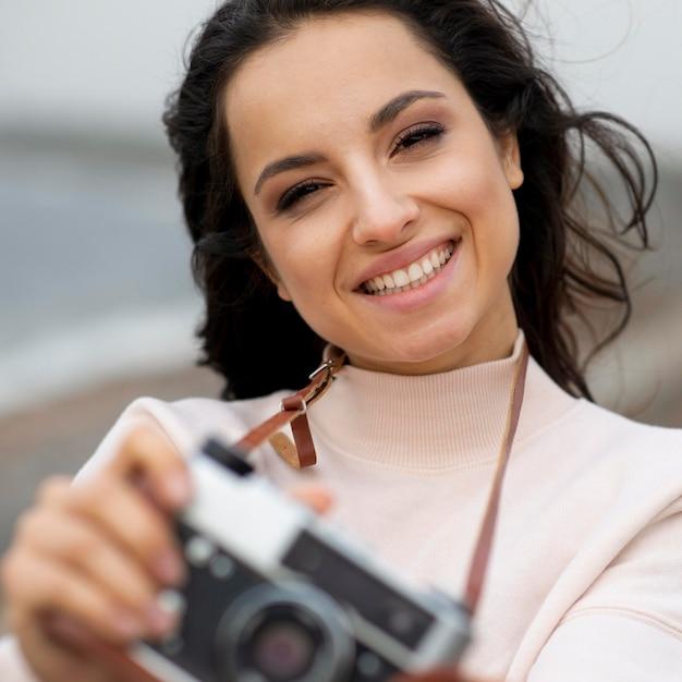カメラを持つ肖像画の女性 無料写真