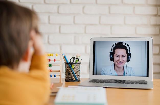 Ребенок учится дома через онлайн-класс Бесплатные Фотографии