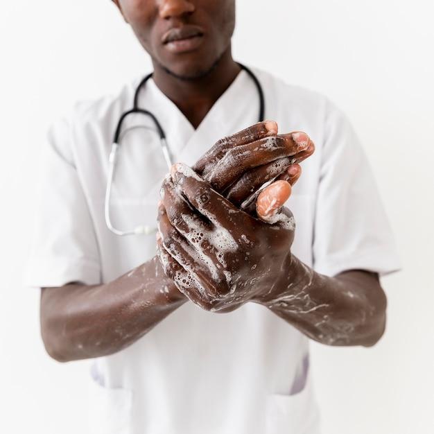 クローズアップ手を洗う専門の若い医者 無料写真