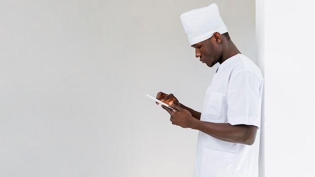 彼の携帯電話を見て男性医師 無料写真