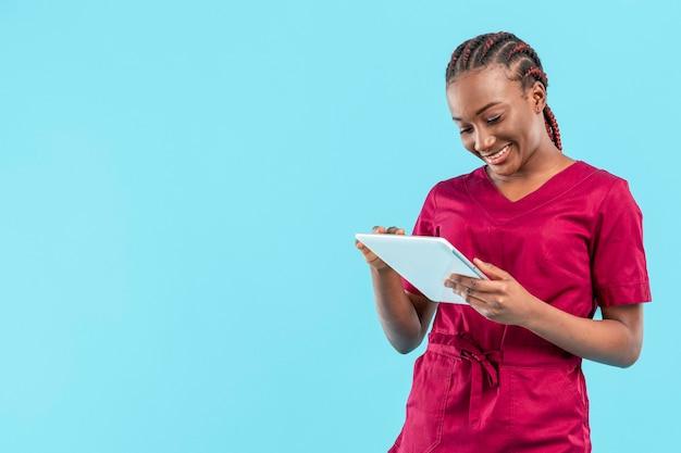 デジタルタブレットを使用して女性の医者 無料写真