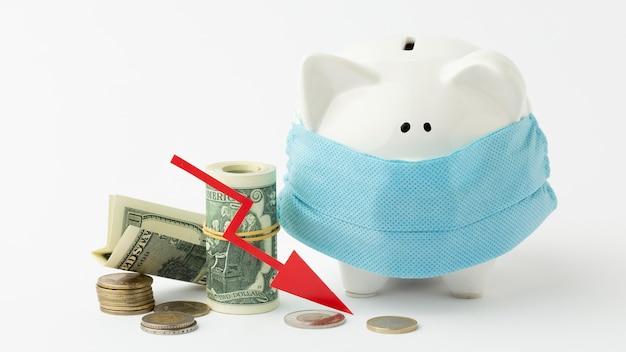 医療マスク破産概念を身に着けている貯金箱 無料写真