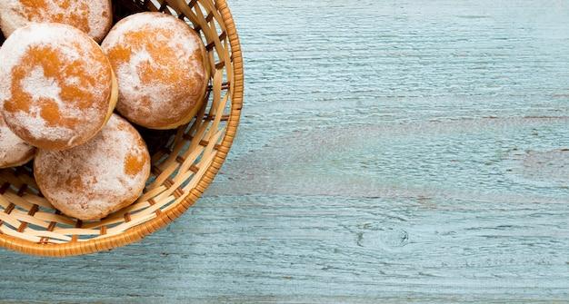 Вид сверху пончики в корзине с копией пространства Бесплатные Фотографии