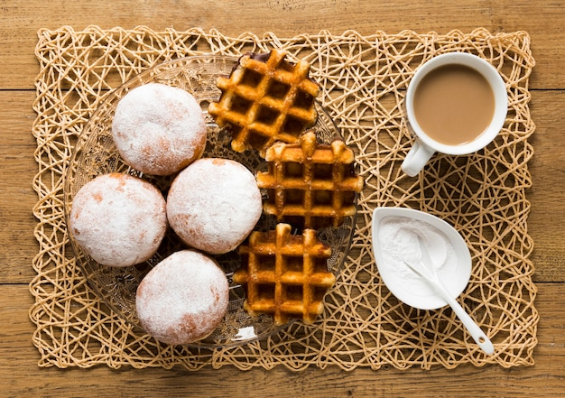 粉砂糖とワッフルのドーナツのトップビュー 無料写真