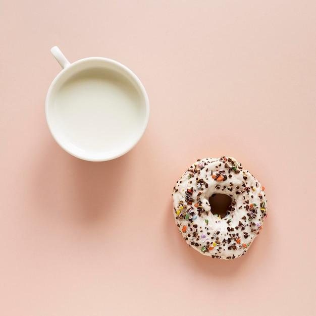 Вид сверху пончик с окропляет и молока Бесплатные Фотографии