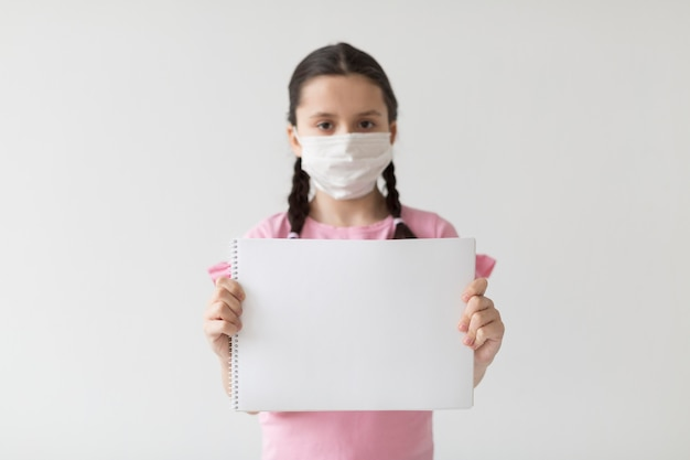 マスクをしたミディアムショットの女の子 無料写真