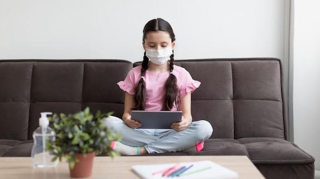 フルショットの女の子がマスクを着用 無料写真