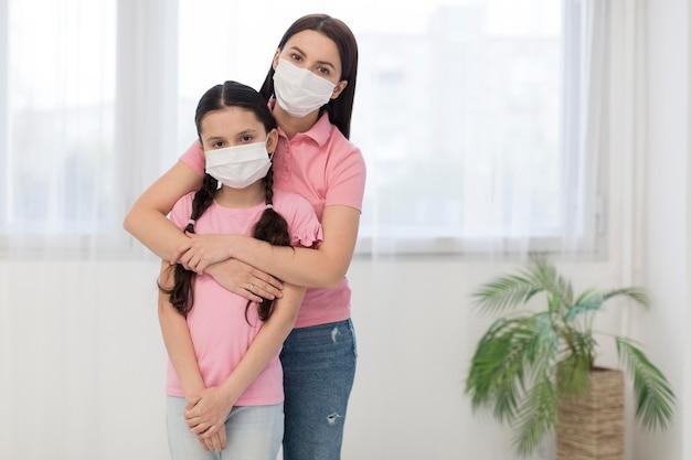 娘と母親がマスクを着用 無料写真