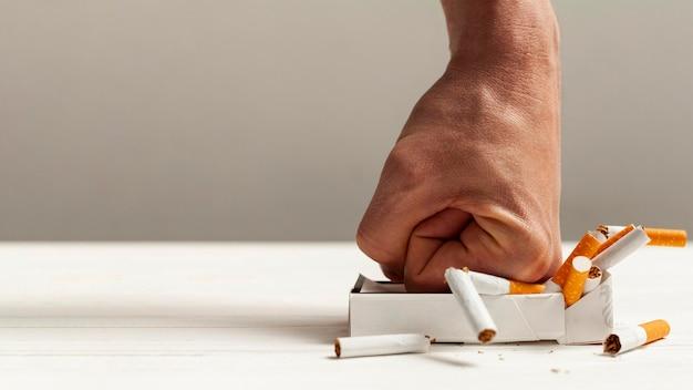 タバコの手粉砕パック 無料写真