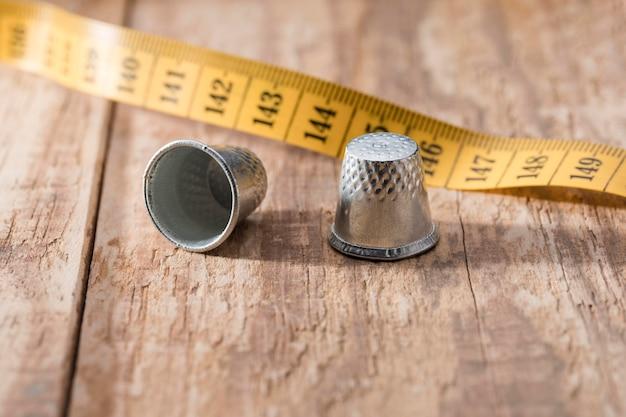指ぬき付きの高角度の測定テープ 無料写真