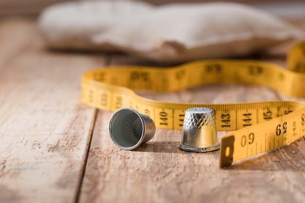 測定テープで指ぬきの高角度 無料写真