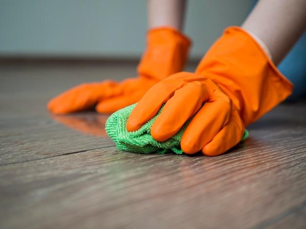 床を掃除するゴム手袋でクローズアップ手 無料写真