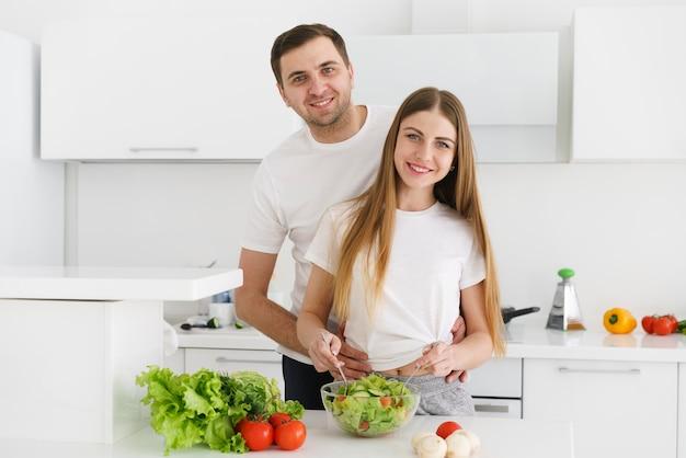 Высокий угол молодая пара делает салат Бесплатные Фотографии