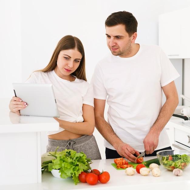 Молодая пара проверяет рецепт Бесплатные Фотографии