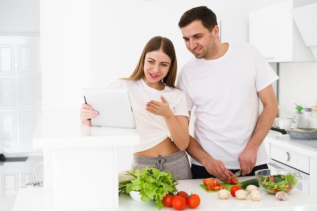 Семейная пара готовит еду Бесплатные Фотографии