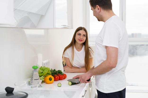 Семейная пара готовит салат Бесплатные Фотографии