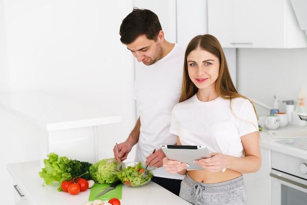 Пара командная работа на кухне Бесплатные Фотографии