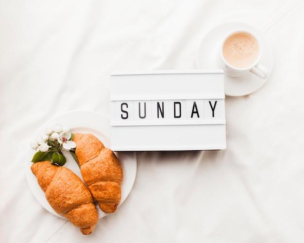 Кофе и круассаны на завтрак Бесплатные Фотографии