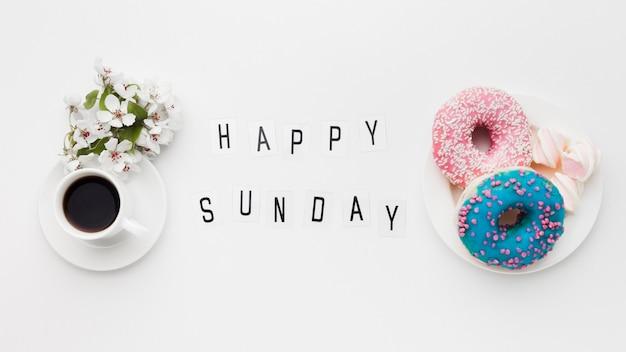 Тарелка с вкусными пончиками и цветком Бесплатные Фотографии