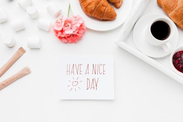 Чашка кофе и круассан на завтрак Бесплатные Фотографии