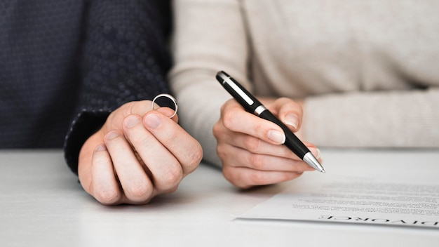 カップルが離婚契約に署名 無料写真