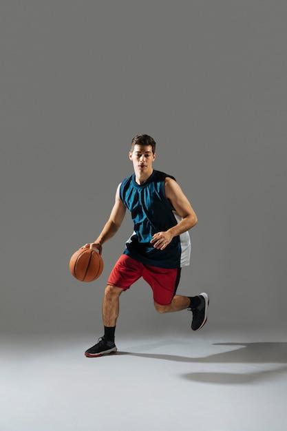 バスケットボールのスポーツウェアの若い男 無料写真