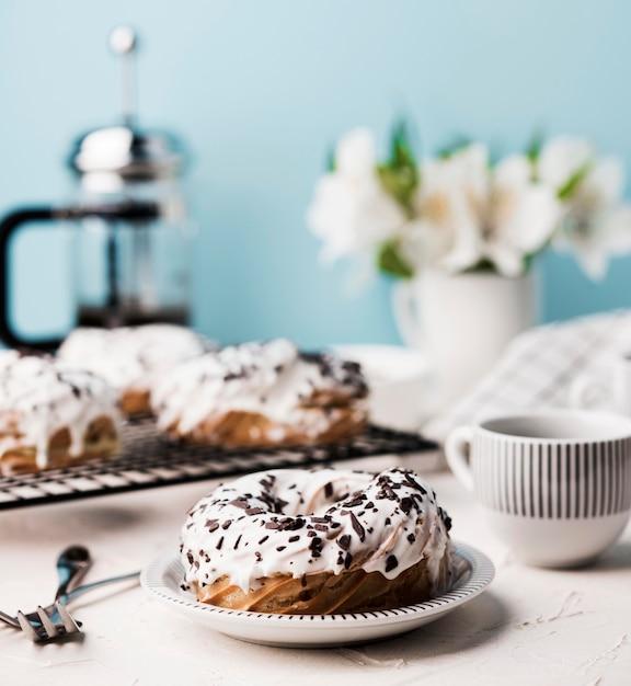 Композиция с вкусными пончиками Бесплатные Фотографии