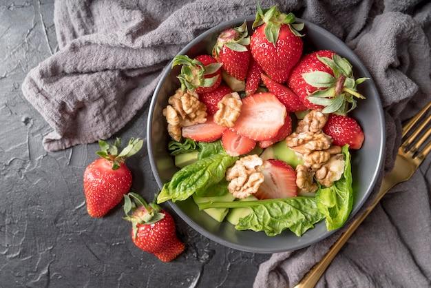 Вкусный салат с клубникой и грецкими орехами Бесплатные Фотографии