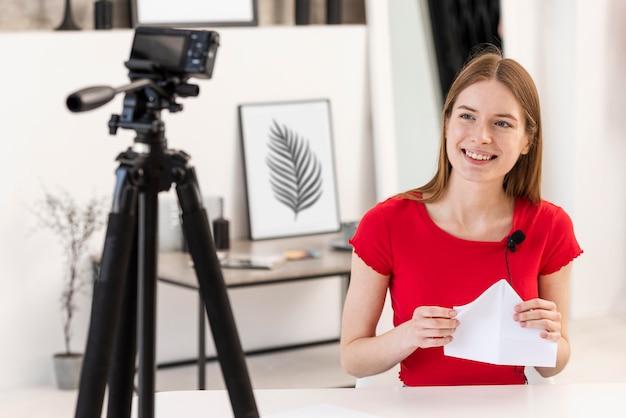 笑顔で紙を持っている若いブロガー 無料写真