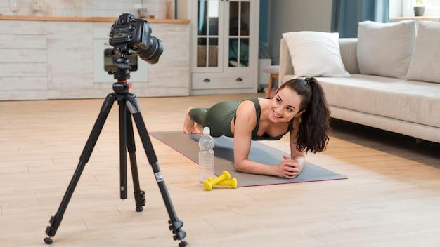 自宅でのブロガー記録フィットネスクラス 無料写真