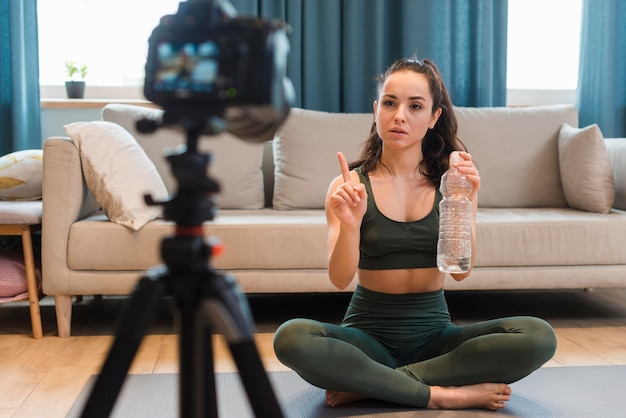 自宅でトレーニング動画を記録するブロガー 無料写真