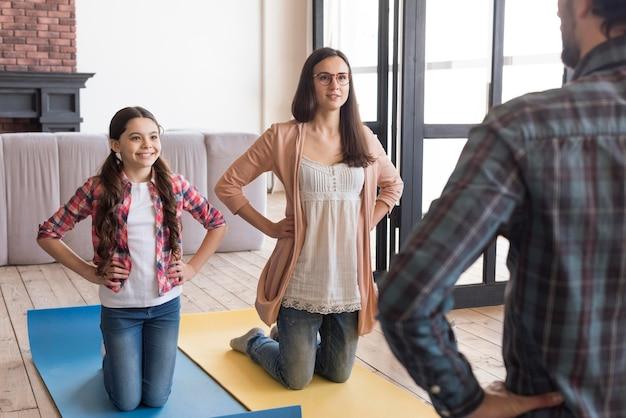 Семейная йога сессия дома Бесплатные Фотографии