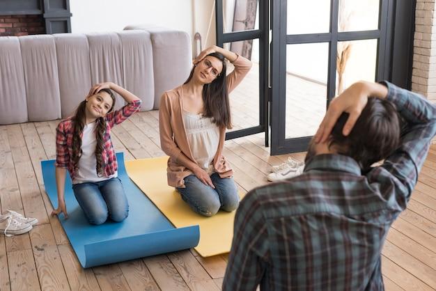 Высокий угол семейной йоги в домашних условиях Бесплатные Фотографии