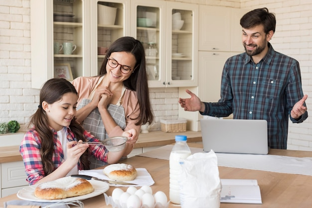 女の子の料理を誇りに思う親 無料写真