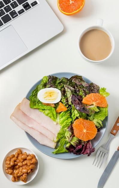 トップビューレタスとハムの健康的な朝食 無料写真