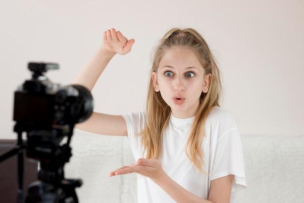 Средний снимок девушка записывает себя Бесплатные Фотографии
