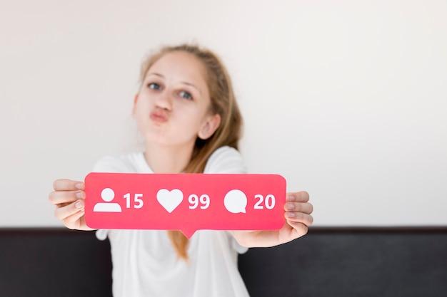 Средний снимок девушка позирует в помещении Бесплатные Фотографии